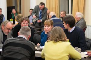 Udeleženke in udeleženci posveta v razpravah po omizjih
